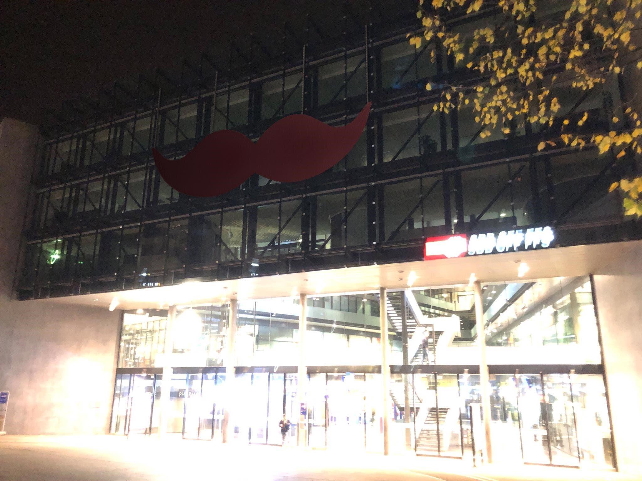 Der riesige braune Schnauz, den Unbekannte am 12. November an die Fassade des Bahnhofs Zug klebten. (Bild: PD)