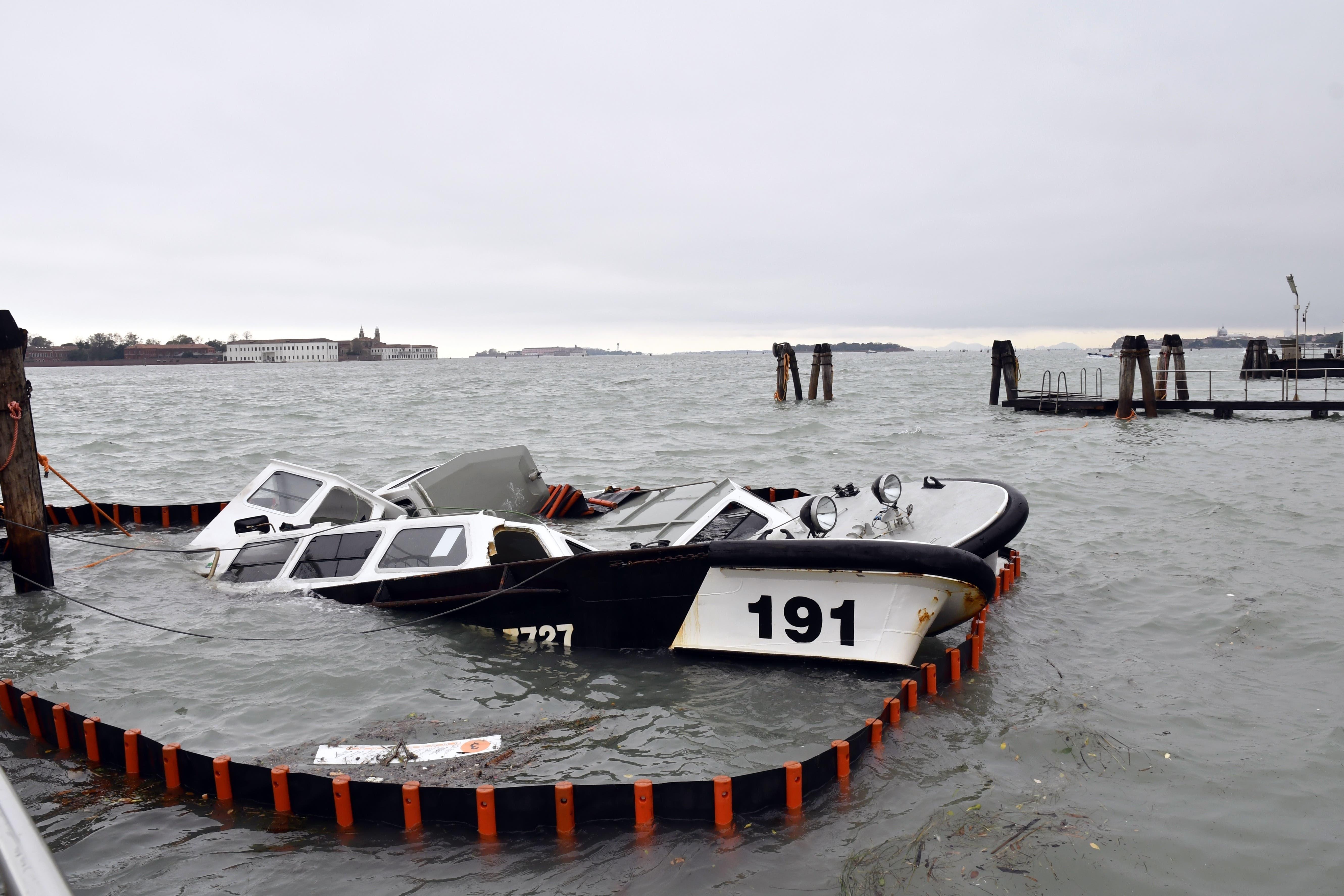 Ein zerstörtes Boot. (Bild: AP Photo/Luigi Costantini)