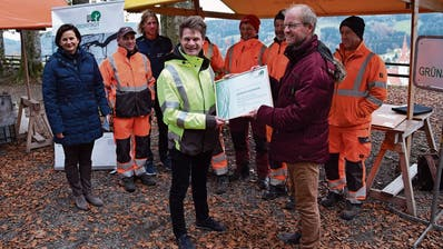 Manuel Weibel (rechts) von «Stadtgrün» übergibt das Zertifikat an Simon Witzig (links), Leiter Werke Degersheim. (Bild: Tobias Söldi)