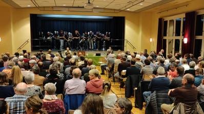 Grossaufmarsch an der Gemeindeversammlung in Alpnach - zur Einstimmung spielte die Musikgesellschaft auf der Bühne. (Bild: Markus von Rotz, 12. November 2019)