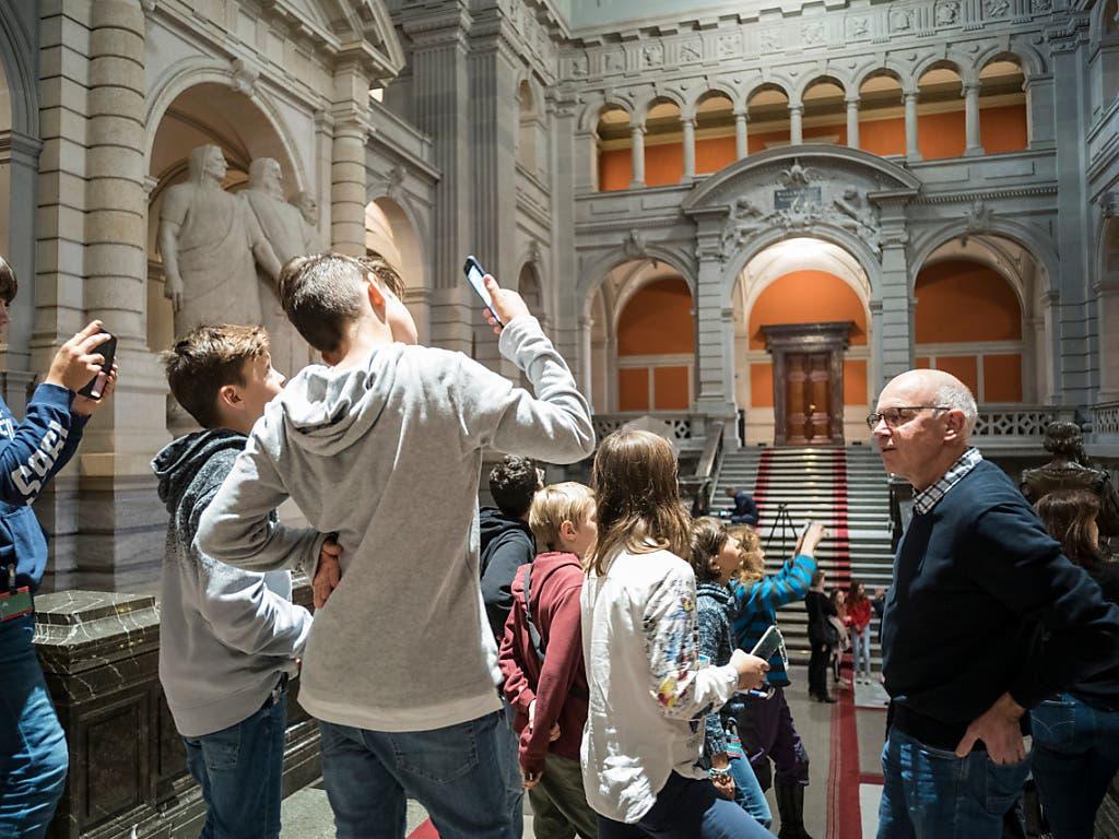 Der Besuch im Bundeshaus anlässlich des Zukunftstags vom Donnerstag schien diesen Jugendlichen Eindruck zu machen. (Bild: KEYSTONE/ALESSANDRO DELLA VALLE)