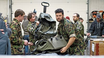 Soldaten beim Abrüsten beim Amt für Militär und Bevölkerungsschutz in Oberdorf. (Bild: Corinne Glanzmann, 6. Dezember 2017)