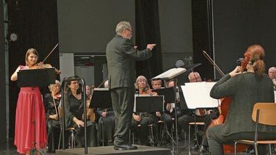 Das Seniorenorchester Luzern mit Violine-Solistin Milena Bonaventurova und Dirigent Josef Gnos.(Bild: PrimusCamenzind, Sarnen, 13. November 2019)