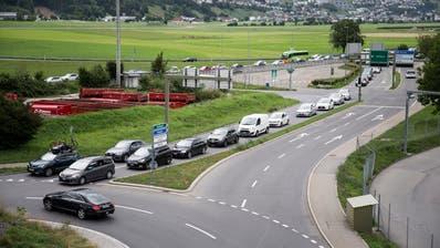 ACHTUNG, ERKENNBARE AUTONUMMERN!! Themenbilder zum Stau auf der A2 Richtung Norden und auf den Hauptstrassen, hier in StanS. Fotografiert am 11. August 2019 in Stans(Manuela Jans-Koch | LZ)