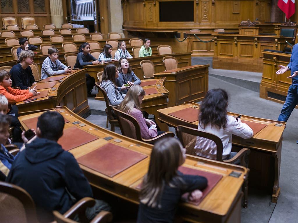 Staunende Kinderaugen im Parlament: Andreas Blaser, Leiter Öffentlichkeitsarbeit bei den Parlamentsdiensten, zeigt den Kindern am Zukunftstag den Nationalratsaal. (Bild: KEYSTONE/ALESSANDRO DELLA VALLE)