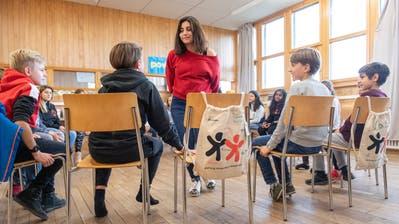Im Stuhlkreis bringt ReihanehKhorandden Kindern spielerisch die Kinderrechte näher. (Bilder: Urs Bucher)