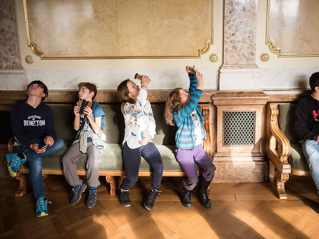 Auch die Stuckaturen in der Wandelhalle fanden die Kinder am Zukunftstag ablichtungswert. (Bild: KEYSTONE/ALESSANDRO DELLA VALLE)