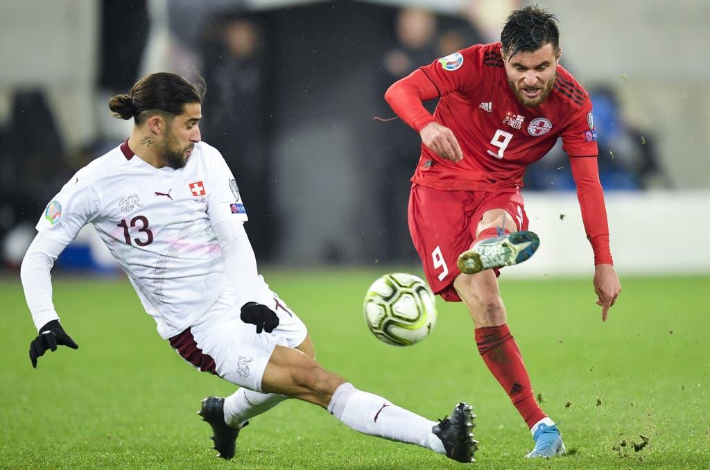 Rodriguez steigt gegen Qazaishvili in den Zweikampf (Bild: Keystone)