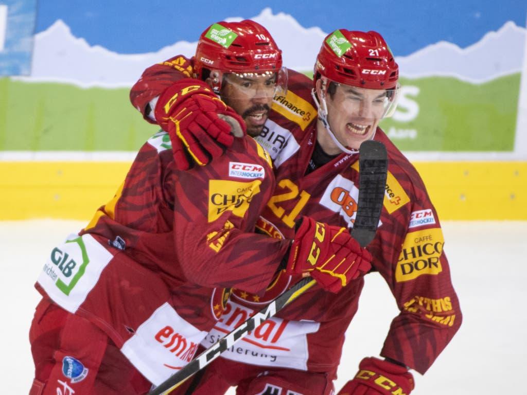 Robbie Earl und Raphael Kuonen bejubeln das 2:1 für Langnau (Bild: KEYSTONE/MARCEL BIERI)