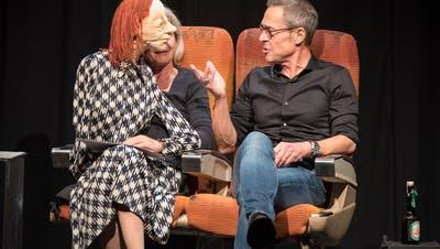 Matthias Hüppi kontert im Figurentheater Gertruds Angriffe, der Schleudersitz löst nicht aus. (Bild: Lisa Jenny)
