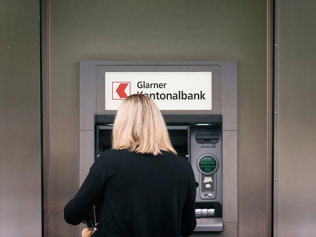 Eine Mikrosteuer für jede Transaktion, zum Beispiel den Geldbezug am Bancomaten: dies strebt eine Volksinitiative an, die am Freitag in Bern vorgestellt wurde. Die Unterschriftensammlung beginnt im Januar 2020. (Bild: KEYSTONE/CHRISTIAN BEUTLER)