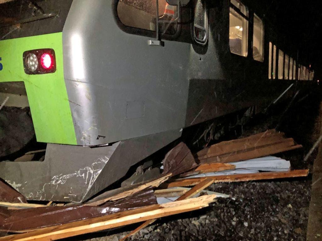 Eine S-Bahn ist im Entlebuch in einen Autounterstand gefahren. Dieser dürfte vom Wind auf die Schienen verschoben worden sein. (Bild: Luzerner Polizei)