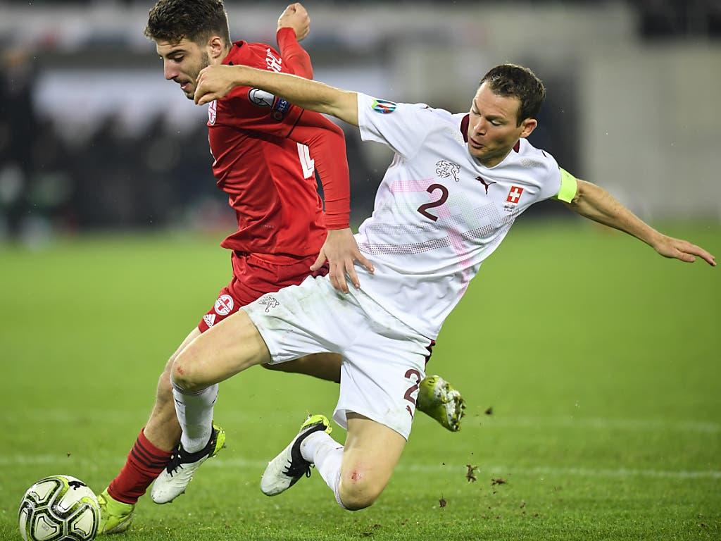 Die Georgier forderten der Schweiz Equipe um Captain Stephan Lichtsteiner alles ab (Bild: KEYSTONE/GIAN EHRENZELLER)