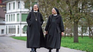 Alt-Äbtissin Pia Habermacher (rechts) gibt die Leitung des Benediktinerinnenklosters St.Andreas in Sarnen in die fähigen Hände der neuen Äbtissin Rut-Maria Buschor. (Bilder: Dominik Wunderli, Sarnen, 15. November 2019)