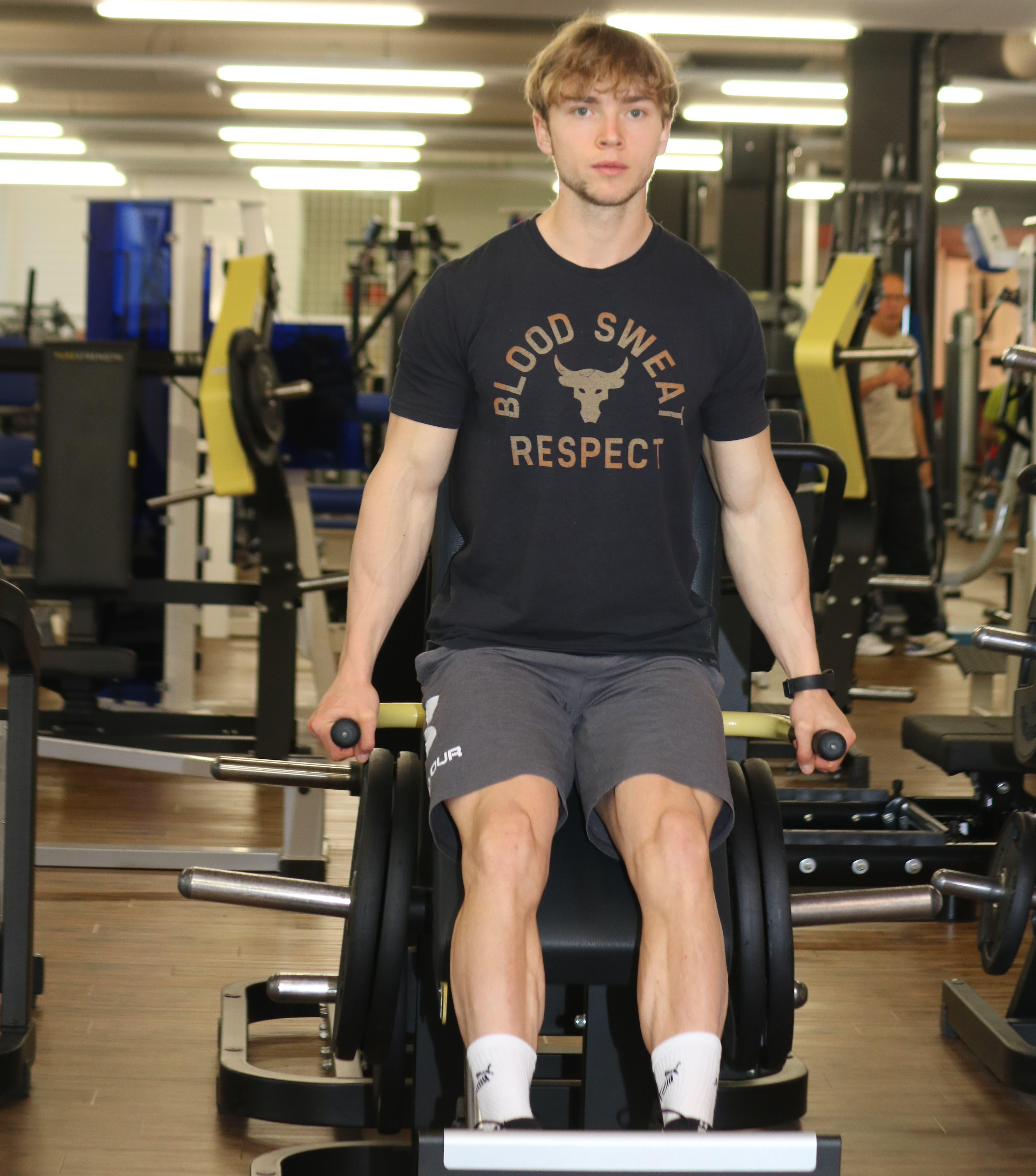 Roman Limacher an einem Trainingsrgerät Sarnen. (Bild: Marion Wannemacher, 8. November 2019)