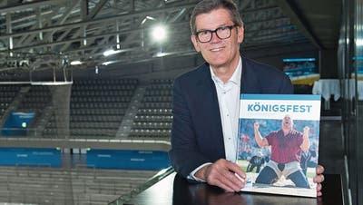 Der Autor Eugen Thalmann präsentiert das Buch «Königsfest». (Bild: Maria Schmid, Zug, 14. November 2019)