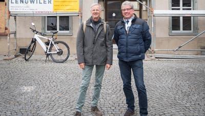 Bauleiter Benno Bissegger (links) und Gemeindepräsident Paul Bühler vor dem Freihof in Mörschwil. (Bild: Lisa Jenny - 14. November 2019)