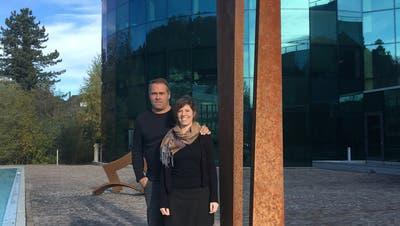 Markus Graf und Carole Isler vor der Firma Abacus. (Bild: Laura Widmer)
