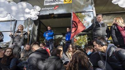 Klima-Aktivisten blockieren zeitweise Privatjet-Terminal in Genf