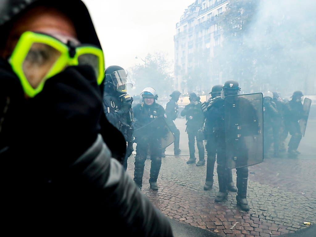 Tränengas-Einsatz gegen Anhänger der «Gelbwesten»-Bewegung in Paris. (Bild: KEYSTONE/EPA/CHRISTOPHE PETIT TESSON)