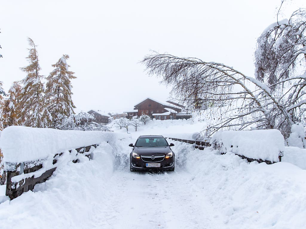 Auf dieser Strasse in Kals am Grossglockner besteht nach den starken Schneefällen die Gefahr, dass Bäume einknicken. (Bild: KEYSTONE/APA/APA/EXPA/LUKAS HUTER)