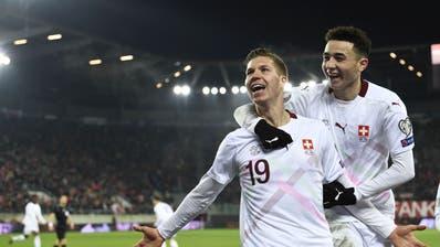 Gemeinsam mit Ruben Vargas (rechts) feiert Cedric Itten sein Tor gegen Georgien. (Bild: Freshfocus)
