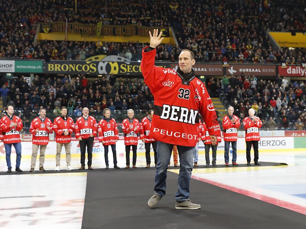 Ivo Rüthemann winkt bei der Ehrung der ehemaligen Captains des SCB den Fans zu. (Bild: KEYSTONE/PETER KLAUNZER)
