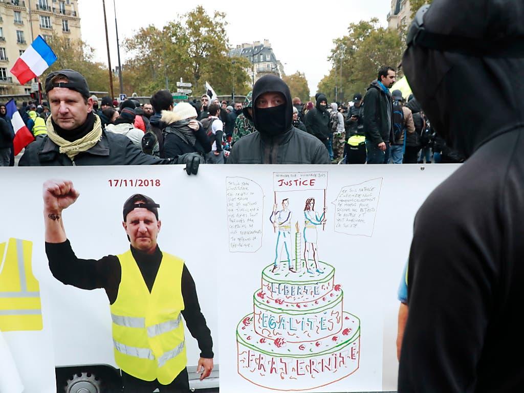 Seit einem Jahr Proteste: Anhänger der «Gelbwesten»-Bewegung am Samstag in Paris, einige von ihnen auch ohne gelbe Warnweste. (Bild: KEYSTONE/EPA/CHRISTOPHE PETIT TESSON)