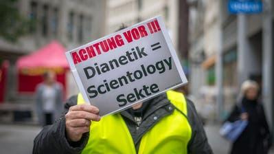 Der Mann von der Scientology mit dem «Judenschild». (Bild: PD)