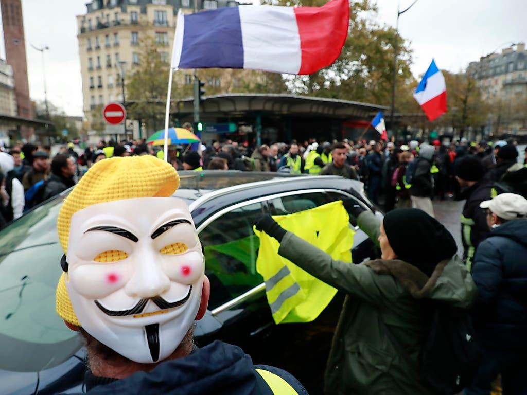 Wie hier an der Porte de Champeret in Paris haben sich in französischen Städten «Gelbwesten» versammelt, um den Jahrestag der «Gelbwesten»-Proteste zu begehen. (Bild: KEYSTONE/EPA/CHRISTOPHE PETIT TESSON)