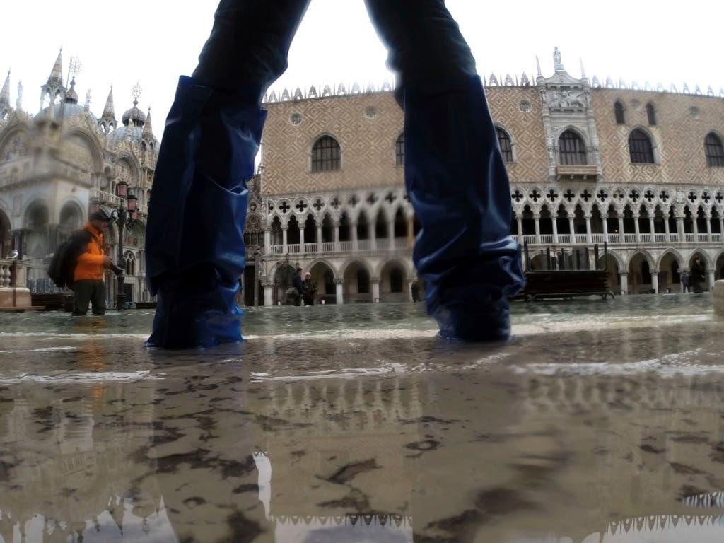 Der Markusplatz in Venedig steht erneut unter Wasser. (Bild: KEYSTONE/AP/LUCA BRUNO)