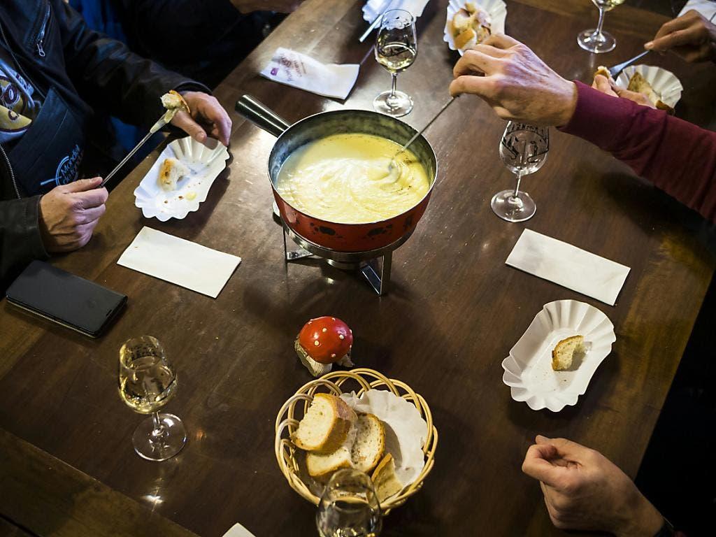 Brot, Wein und selbstverständlich Käse - das alles gehört zum weltbesten Fondue in Tartegnin (VD). (Bild: Keystone)