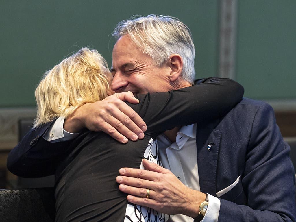 Der neu gewählte Zuger Ständerat Matthias Michel (FDP) wird von seiner Frau Christina umarmt. (Bild: KEYSTONE/ALEXANDRA WEY)