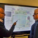 Daniel Bill (links) und Karl Spiess studieren an einem Bildschirm den Plan des diesjährigen «Amriswil on Ice»-Areals. (Bild: Manuel Nagel)