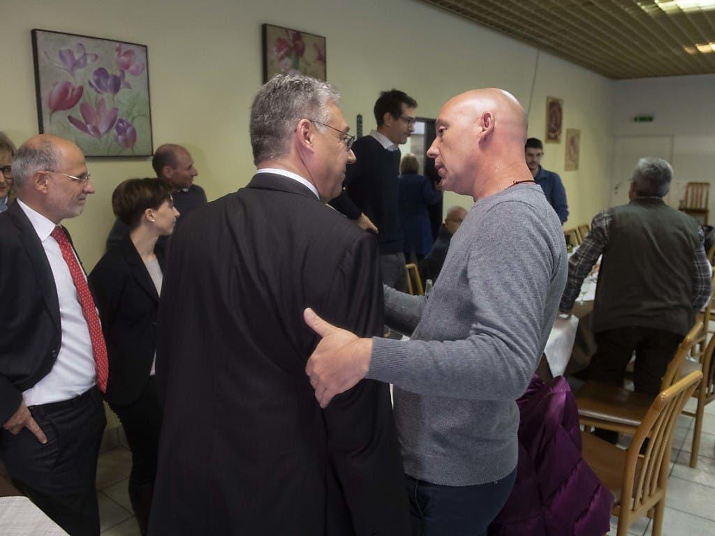 Der Tessiner CVP-Kantonalpräsident Fiorenzo Dadò tröstet den nicht wiedergewählten Filippo Lombardi (CVP). (Bild: KEYSTONE/Ti-Press/DAVIDE AGOSTA)