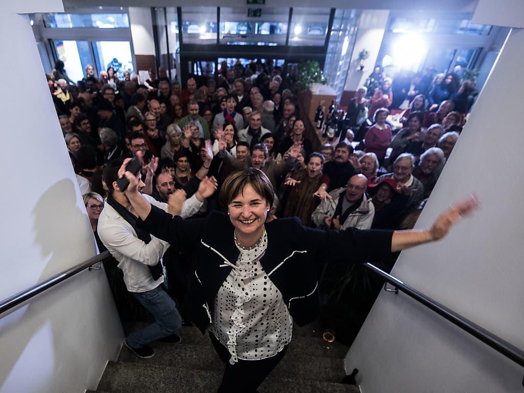Marina Carobbio Guscetti (SP) freut sich mit Anhängern und Anhängerinnen über ihre Wahl in den Ständerat. (Bild: KEYSTONE/Ti-Press/SAMUEL GOLAY)