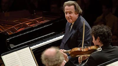 Der Solist als Zuhörer: Rudolf Buchbinder eröffnete mit den Festival Strings im KKL-Konzertsaal das Piano-Festival. (Bild: Priska Ketterer/LF