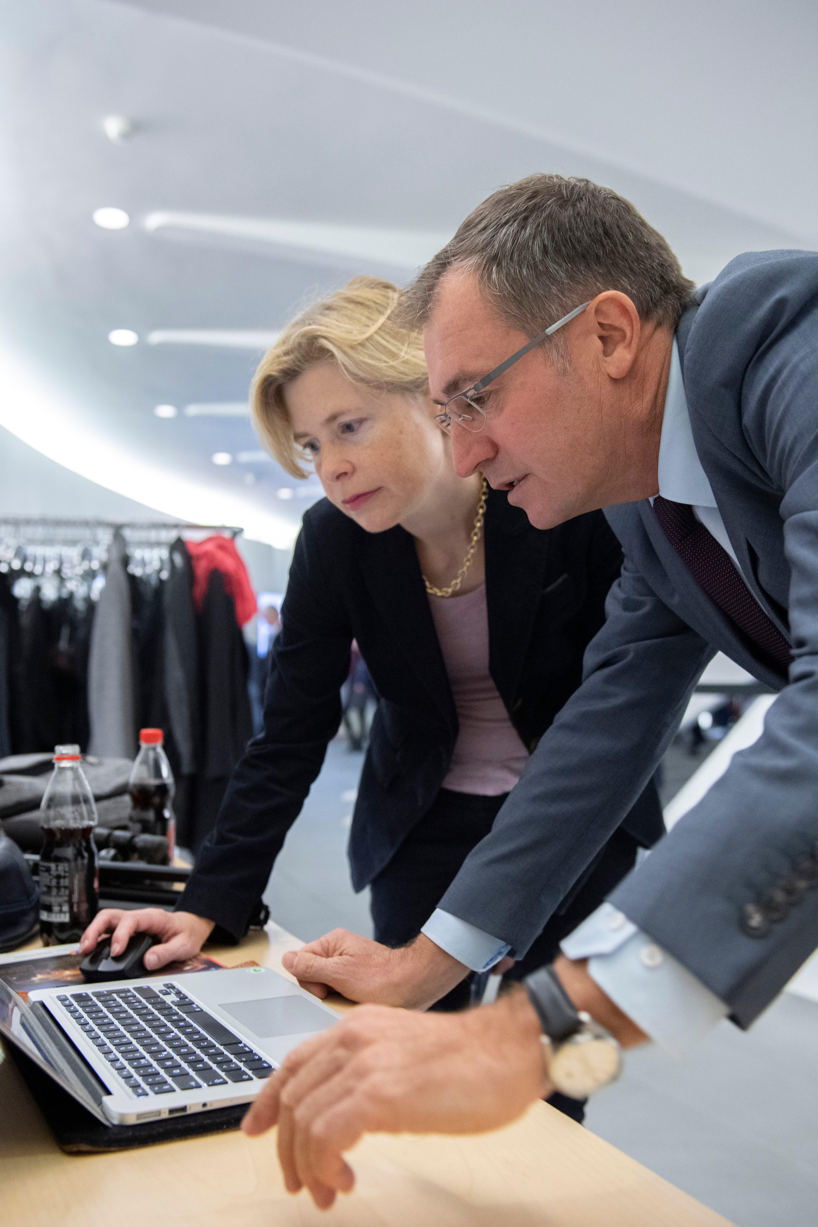 Roland Rino Büchel mit SVP-Parteisekretärin Esther Friedli. (Bild: Urs Bucher)