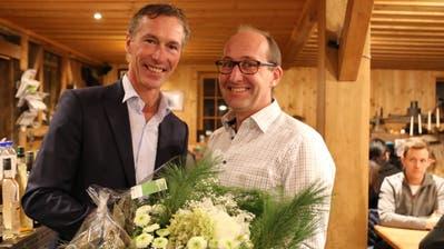 «Wir haben bis zum Schluss daran geglaubt»: Felix Wüst (links) erhält von FDP-Präsident Ernst Höchner Glückwünsche an der Wahlfeier in Thal. (Bild: Jolanda Riedener)
