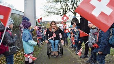Catherine Debrunner bahnt sich ihren Weg durch die jubelnden Schülerinnen und Schüler der Primarschule Waltenschwil. (Bild: Simon Kuhn)