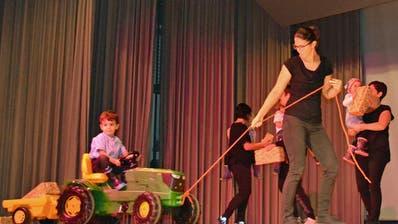 Eröffnet wurden die sportlichen Vorführungen vom Eltern-Kind-Turnen (Elki), Leitung Corinne Gmür und Franziska Hollenstein. (Bild: Peter Jenni)
