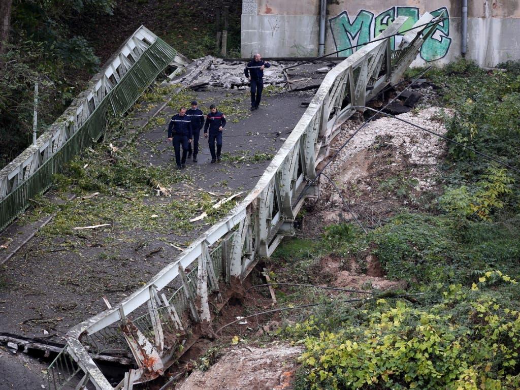 Die gut 150 Meter lange und mehr als fünf Meter breite Hängebrücke verband die Orte Mirepoix-sur-Tarn und Bessières. (Bild: KEYSTONE/EPA/FREDERIC SCHEIBER)