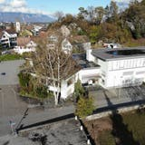 Die Liegenschaft Drei Könige im Besitz der Gemeinde soll zum Dorfplatz umgestaltet werden. Das Restaurant (links) wird abgerissen, der Gemeindesaal (rechts) bleibt aber bestehen. (Bild: Heini Schwendener)