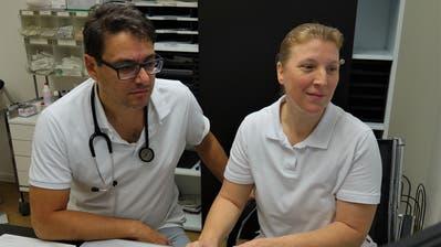 Praxisassistenzärztin Dipl. med. Melanie Greisinger bespricht sich mit Dr. Telemachos Hatziisaak in der Praxis. (Bild: Hanspeter Thurnherr