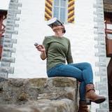 Miriam Wismer-de Sepibus vom Museum Burg Zug demonstriert eine Virtual-Reality-Brille. Sie ermöglicht einen virtuellen Gang durch Schweizer Schlösser und Burgen. (Bild: Maria Schmid, Zug, 19. November 2019)