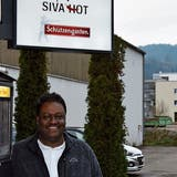 Kumarasamy Sivanesan, kurz Siva, betreibt eine Imbiss-Bude an der Industriestrasse in Wattwil. Sie erfreut sich grosser Beliebtheit. Nun droht ihr Ungemach, weil sie auf dem Gelände steht, das für die Sportanlage Rietwis benötigt wird. (Bild: Timon Kobelt)