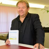 Gemeindepräsident Peter Stern mit dem ersten Mitteilungsblatt der Gemeinde Birwinken ohne Zivilstandsmeldungen. (Bild: Mario Testa