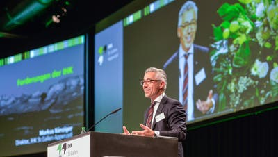 «85 Prozent der Anwesenden in diesem Saal sind Männer»: IHK-Direktor Markus Bänziger am Montagabend in den Olma-Hallen. (Bild: Hanspeter Schiess)