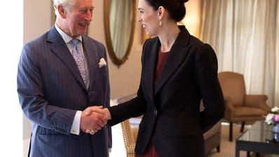 Royals in Neuseeland: Nasenkuss für Charles und Camilla