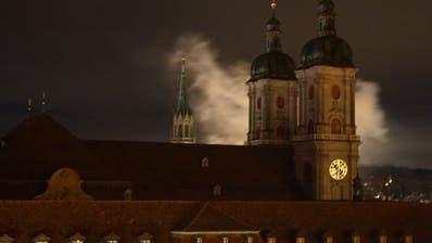 Am frühen Samstagmorgen waren hinter der Kathedrale Rauchschwaden zu sehen. Die «Saint Brothers» hatten beim Bohl ihr Zehnjähriges erneut mit Feuerwerk gefeiert. (Bild: Leserreporter, 2. November 2019)